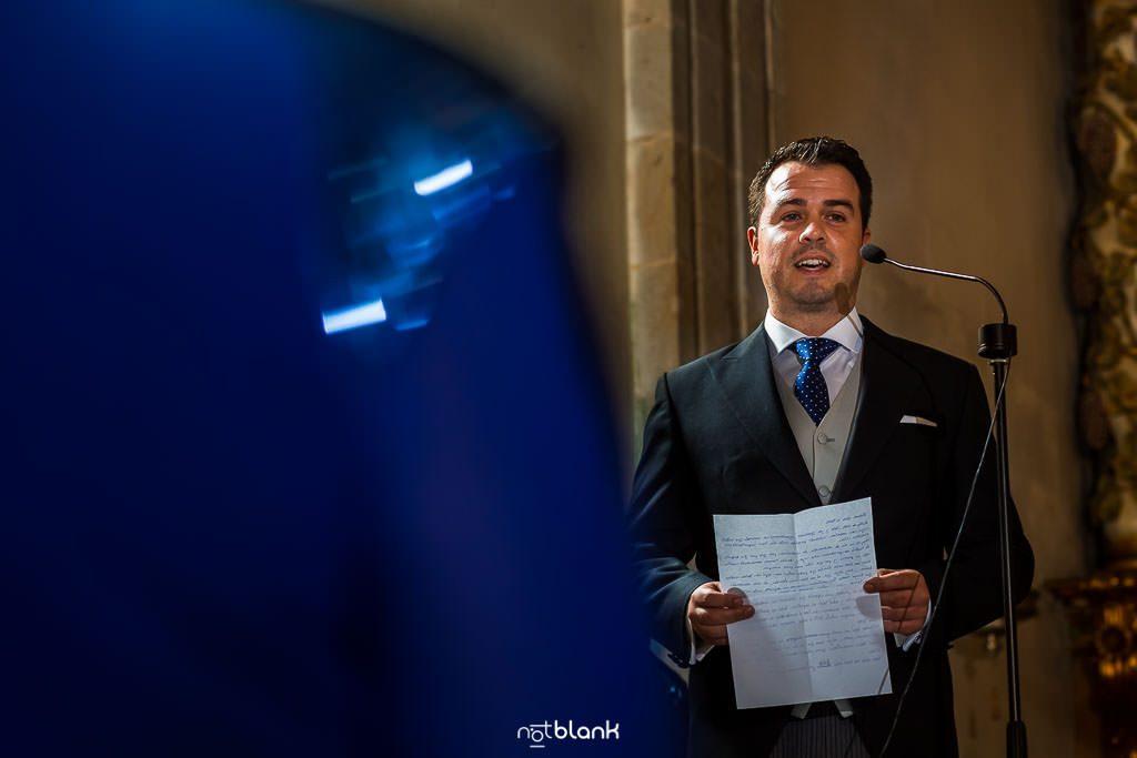 El novio durante una lectura en la ceremonia religiosa