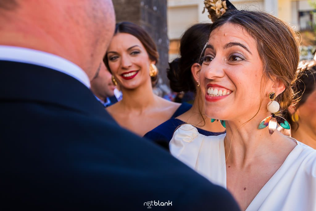 Los invitados felicitan al novio a la salida de la iglesia