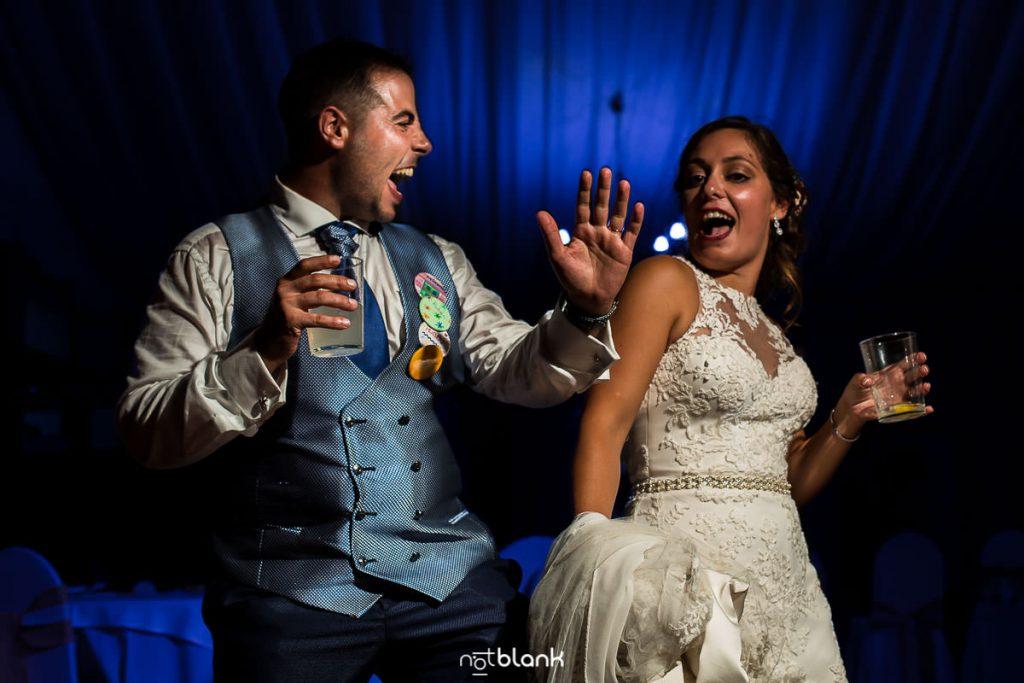 Pareja de novios bailando al ritmo de la musica del Dj en su boda