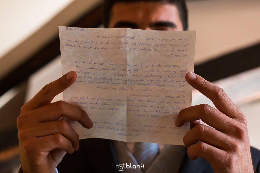 Novio leyendo una carta de su futura esposa