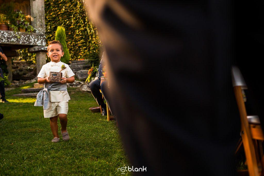 El sobrino de la novia llega a la ceremonia