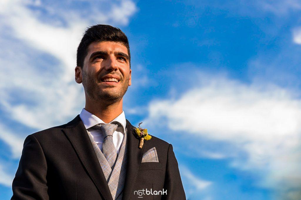 El novio espera la llegada de la novia