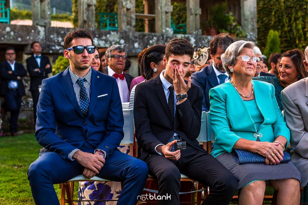 Los hermanos del novio se emocionan durante la ceremonia