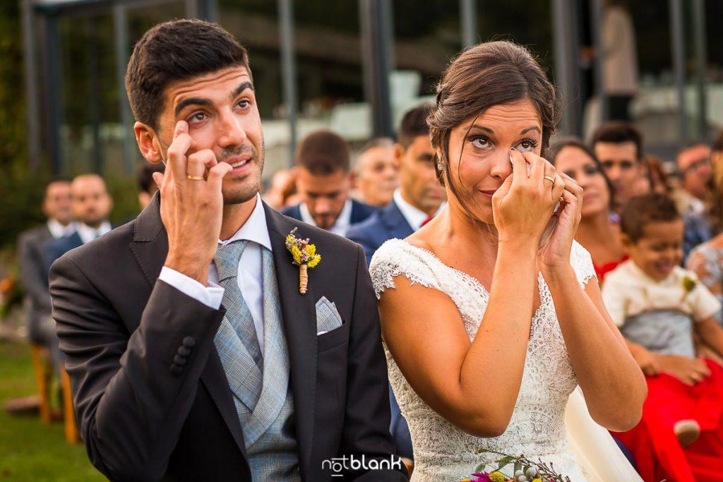 Los novios se emocionan durante la ceremonia