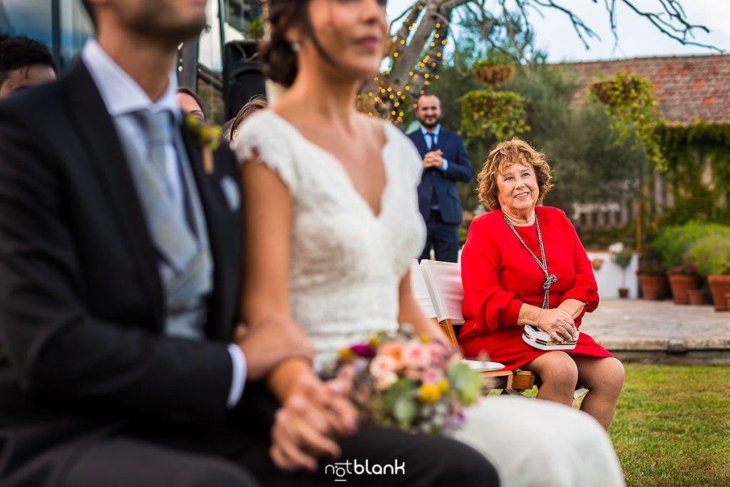 La abuela de la novia observa alos novios durante la ceremonia