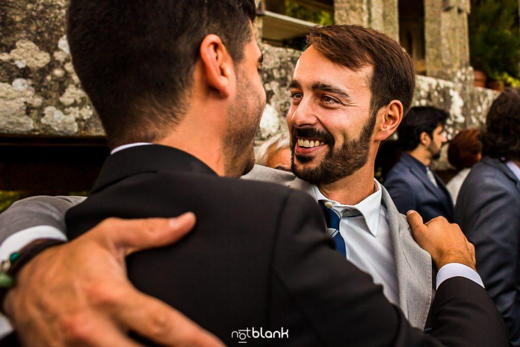 Un amigo felicita al novio