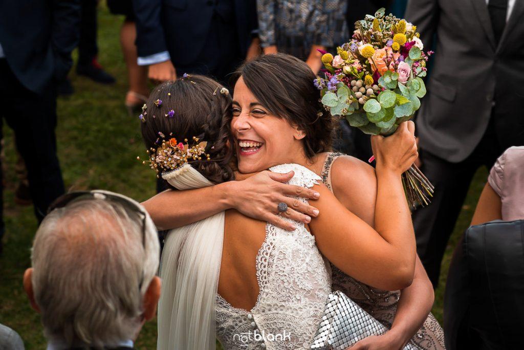 Una amiga abraza a la novia mientras la felicita