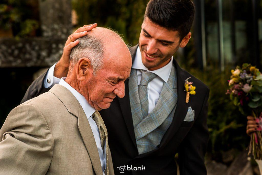 El novio abraza a su abuelo emocionado