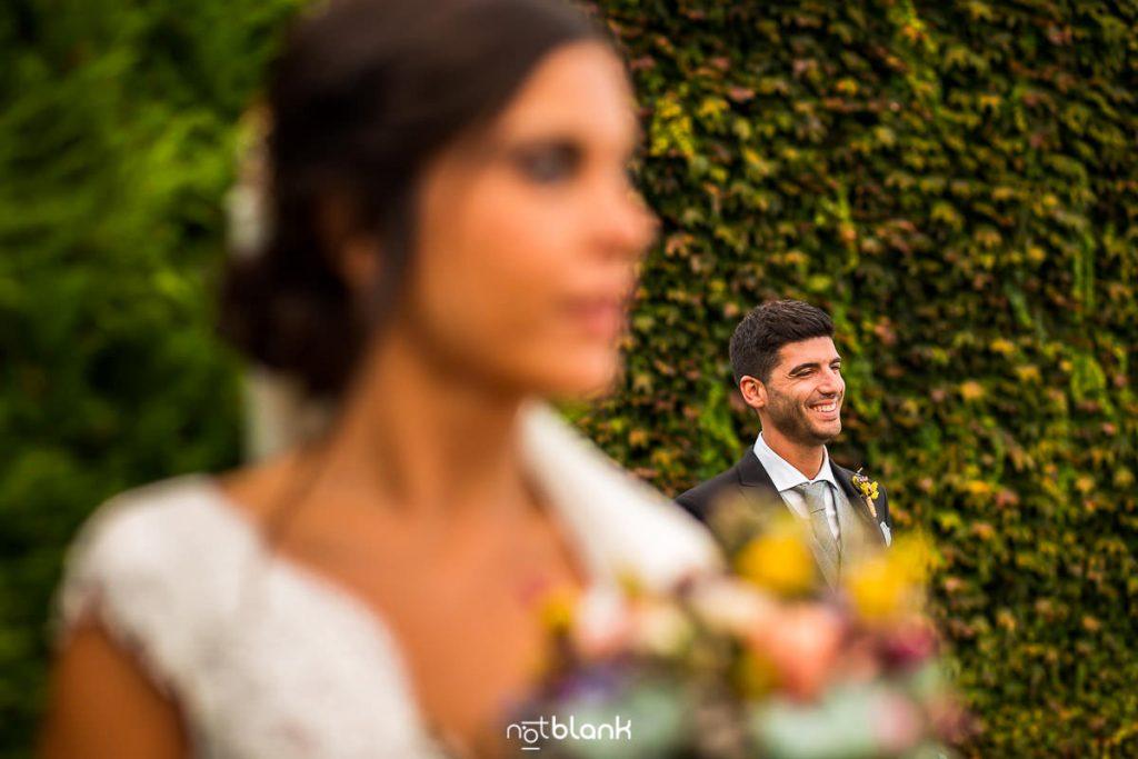 Retrato del novio durante la sesión de pareja